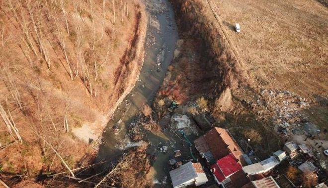Foto: Pericol de inundație! Autoritățile acționează la locul alunecării de teren