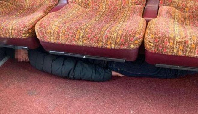 Foto: Metodă inedită pentru a trece ilegal frontiera! Doreau să ajungă în vestul Europei