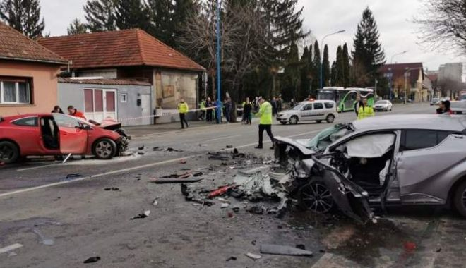 Foto: ACCIDENT CUMPLIT! Șofer decedat, tânără grav rănită