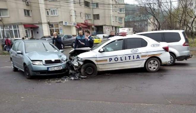 Nu a văzut, nu a auzit… Mașină de Poliție, lovită în misiune - dddd-1583395784.jpg