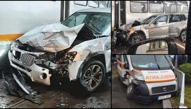 Foto: Ambulanță implicată într-un accident. Două paciente, rănite ușor