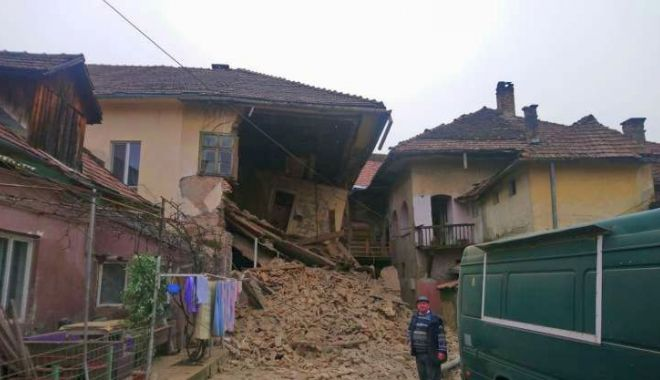 Foto: CLĂDIRE PRĂBUȘITĂ în centrul istoric! Degradarea era avansată…