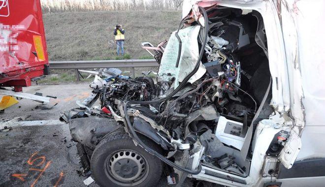 Foto: ACCIDENT TERIBIL! A intrat sub un camion, la 130 km/h!