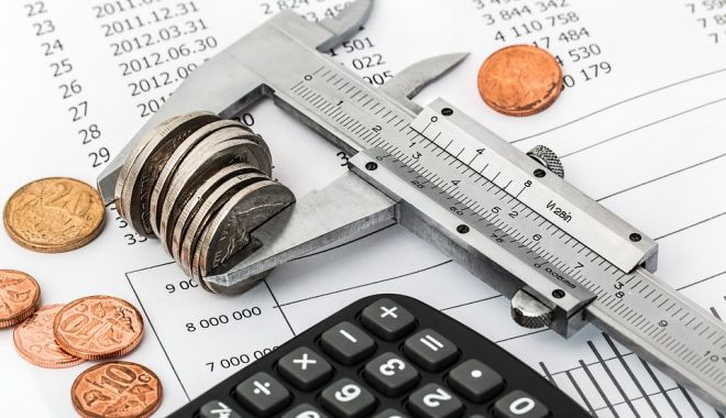 Foto: Economistul șef al Raiffeisen Bank: Ne așteptăm la un deficit mai mare decât ținta pe care și-a asumat-o Guvernul