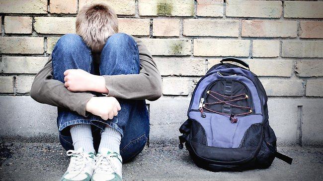 Foto: REVOLTĂTOR! Trei tineri au violat un copil de 13 ani, au filmat și apoi au distribuit colegilor de clasă