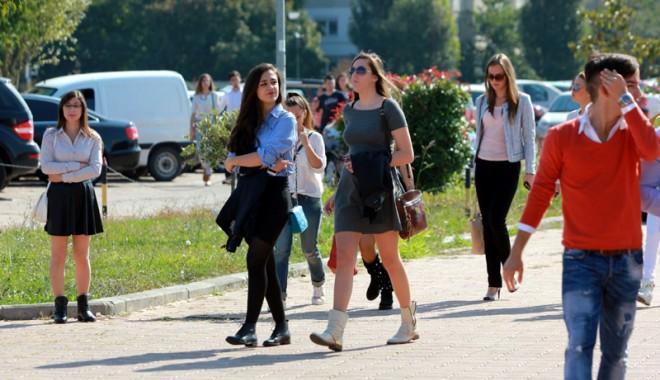 Foto: FOTOREPORTAJ. Cu arma la picior sau fusta-n subsiori? Cum s-au întors studenții Constanței la cursuri
