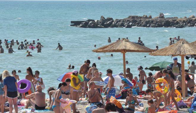 Foto: Alertă la Costinești. 40 de turiști suspecți a fi infectați cu coronavirus, preluați din stațiune