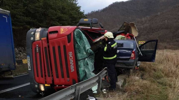 Foto: Un TIR s-a răsturnat peste un autoturism: un mort și doi răniți
