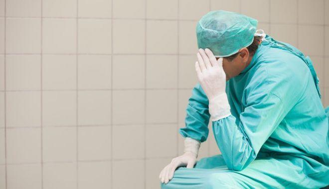 Foto: Medici și un pacient bolnav de coronavirus la o clinică privată din Constanța