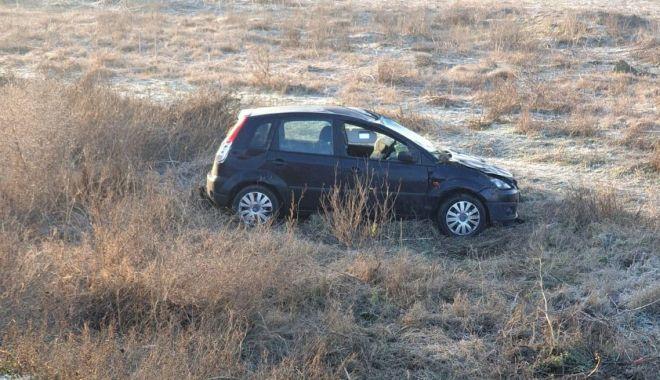 Foto: Doi răniți la Constanța, pe DN2A. Mașina a derapat și s-a răsturnat pe câmp