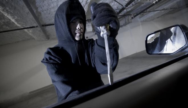 Foto: Doi tineri,  arestați preventiv pentru spargerea  unor autoturisme