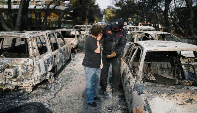 Foto: Drama unui pompier grec: i-a murit copilul de șase luni  în incendii, în timp  ce se lupta cu flăcările