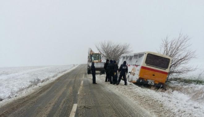 Este JALE în județ! Drumuri blocate, mașină intrată în pom și autobuz blocat pe câmp - druminchis2bun-1516263549.jpg