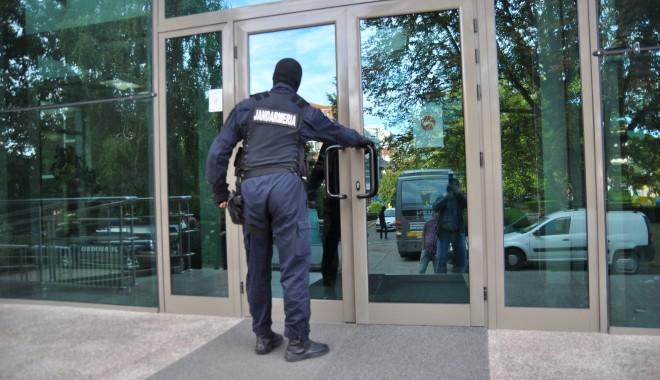 Galerie FOTO. Descindere DNA la UMC! Profesori și elevi, suspectați de luare și dare de mită! - UPDATE - dsc0135-1379573797.jpg