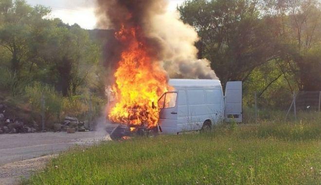 Foto: UPDATE. Arde o dubă încărcată cu MOTORINĂ! Intervin pompierii constănțeni