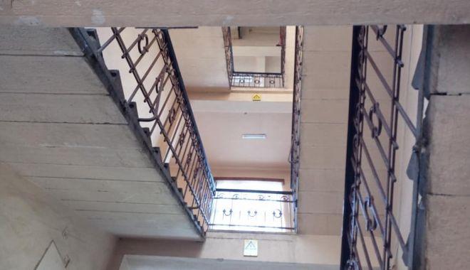 Foto: Băiatul care căzuse prin balustrada scărilor, la școală, a decedat