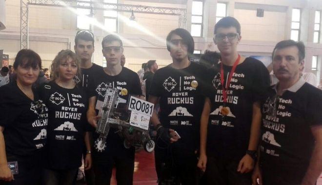 Foto: Echipa de robotică de la Telecomunicații, în finala First Tech Challenge