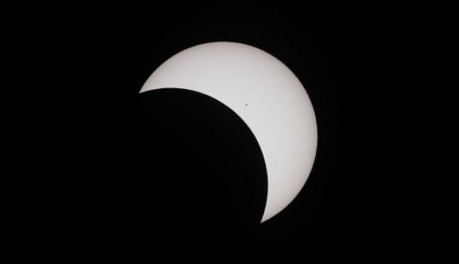 O femeie care a urmărit eclipsa solară fără protecție a dezvoltat o ''semilună neagră'' în câmpul vizual - eclipsa-1512802645.jpg