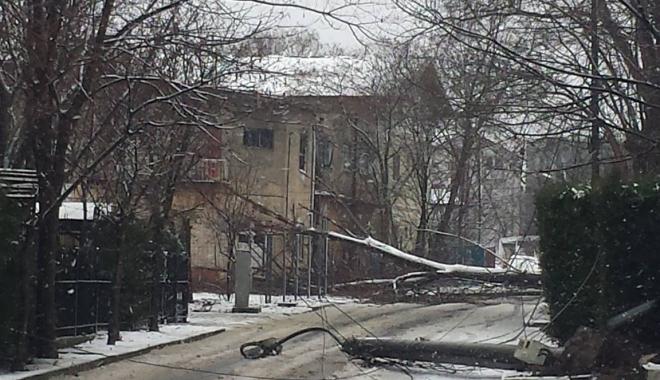 Foto: Stâlpi de electricitate, căzuți în centrul stațiunii Eforie Nord