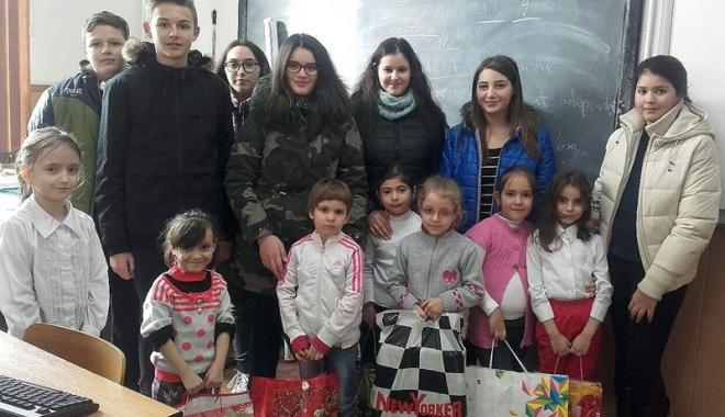 """Foto: Elevii de la Școala """"Țițeica"""" au dăruit bucurie altor copii"""