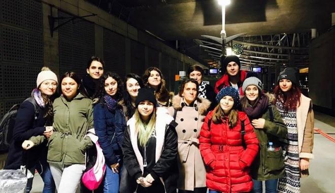 Foto: Elevii  din Cernavodă, alături în bănci  de colegii francezi