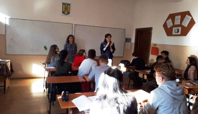 Elevii din Constanța, învățați cum să se ferească de problemele cu legea - eleviiinvatatijpeg-1539613525.jpg
