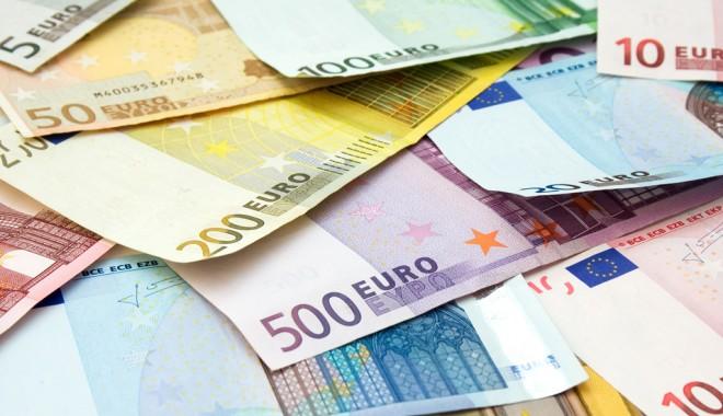 Euro nu se joacă. Se îndreaptă spre 4,55 lei - euroexchangeratefluctuates27-1349348323.jpg