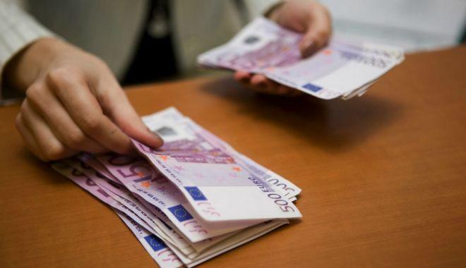 Prăbușirea leului, de neoprit! Euro a doborât un nou record - euroschimb-1548157303.jpg