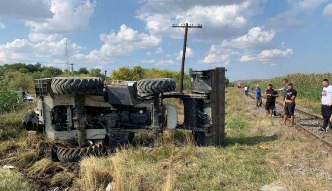 Un bărbat care conducea un excavator a fost lovit de tren - excavator-1631636802.jpg
