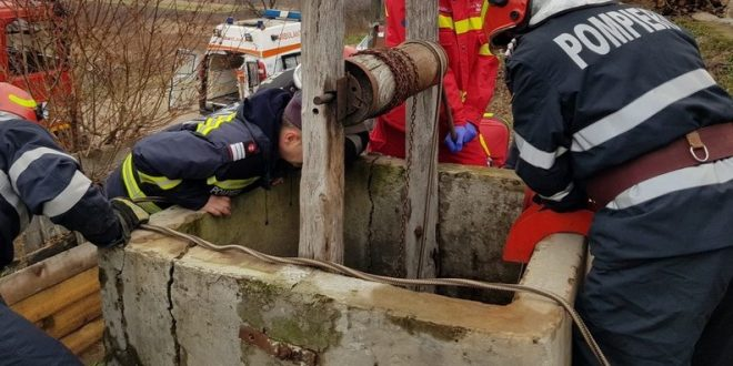 Foto: Operațiune de salvare dificilă. O femeie a căzut într-o fântână de 12 metri