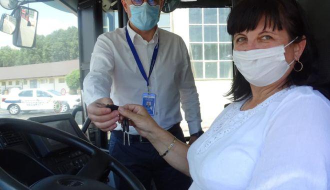 Foto: O femeie curajoasă la volanul autobuzului CT BUS. A schimbat meseria la 53 de ani!