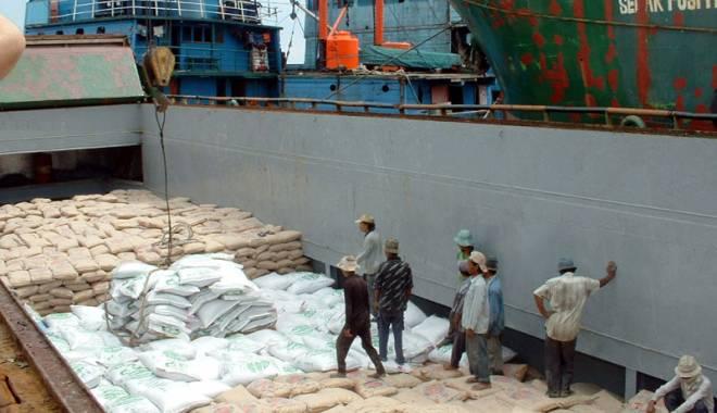 Foto: Fiscul a vândut 15.000 de tone de făină confiscată de pe două nave din portul Constanța