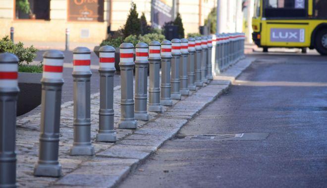 """Foto: S-a """"rezolvat"""" problema parcărilor! Țăruși pe trotuar și amenzi pentru șoferi"""