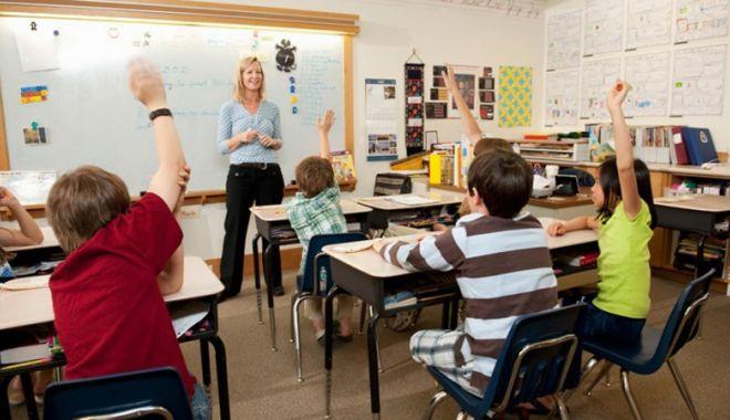 Copii cărora li s-a luat dreptul la educație. Unii nu au fost înscriși la școală,  alții nu sunt lăsați la cursuri - fond-1541609207.jpg