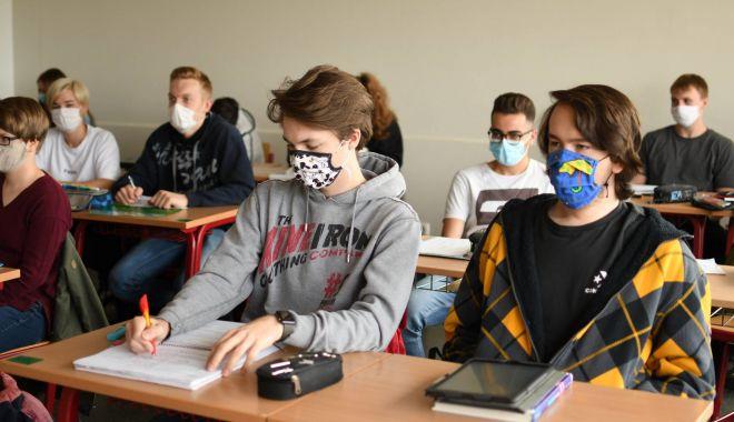 Cu rândul, la şcoală. Elevii din Constanţa vor învăţa în sistem alternativ, online şi în clasă - fond-1599848233.jpg