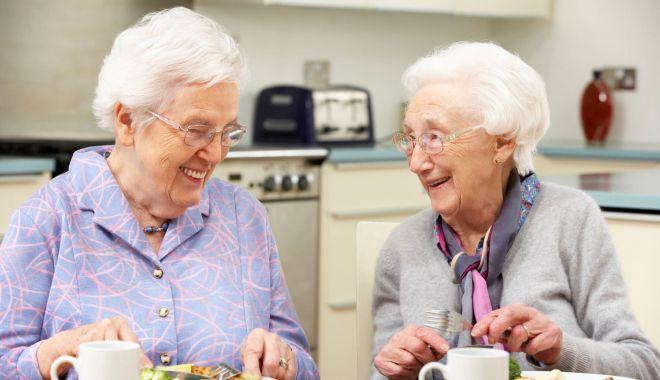 """Îi ajutăm sau mai mult îi încurcăm? Pensionarii, trimişi să mănânce o """"masă caldă"""" la fast-food sau pizzerie - fond-1605637857.jpg"""