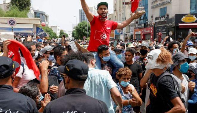 Criză politică în Tunisia. Preşedintele a suspendat Parlamentul şi l-a demis pe premier - fond-1627304150.jpg