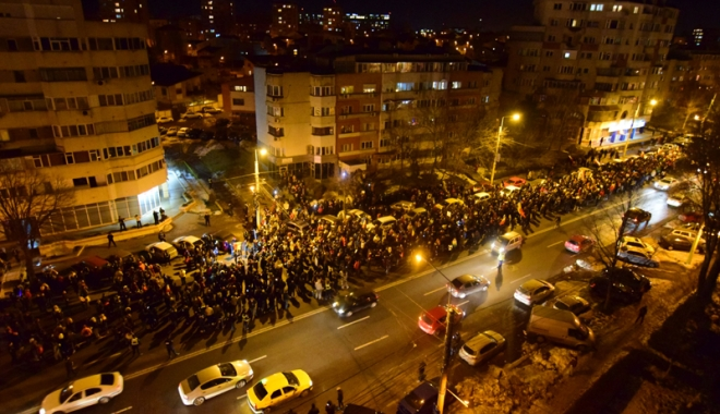 Cele mai mari proteste de la Revoluția din 1989! Peste jumătate de milion de români, în stradă! - fond1-1486460183.jpg