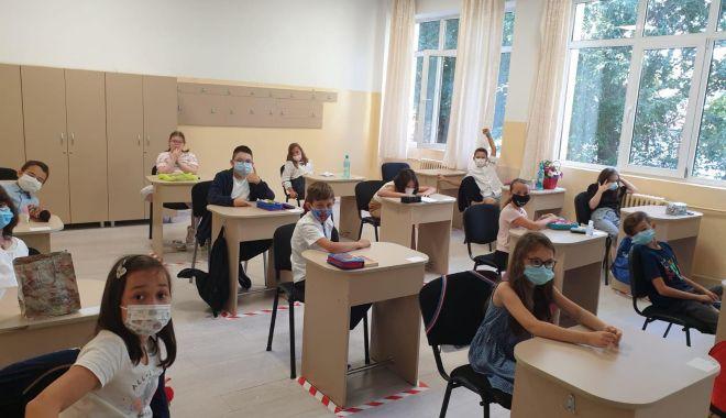 Prima zi de şcoală, în pandemie. Copii veseli, părinţi îngrijoraţi - fond1-1600106906.jpg