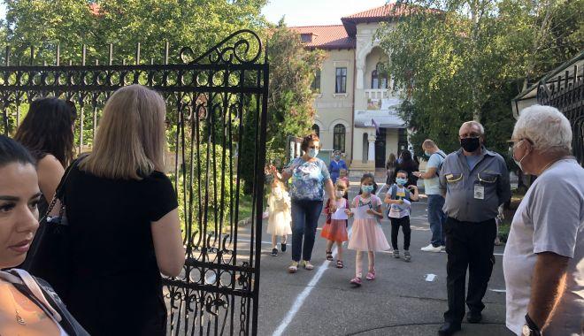 Prima zi de şcoală, în pandemie. Copii veseli, părinţi îngrijoraţi - fond2-1600106917.jpg