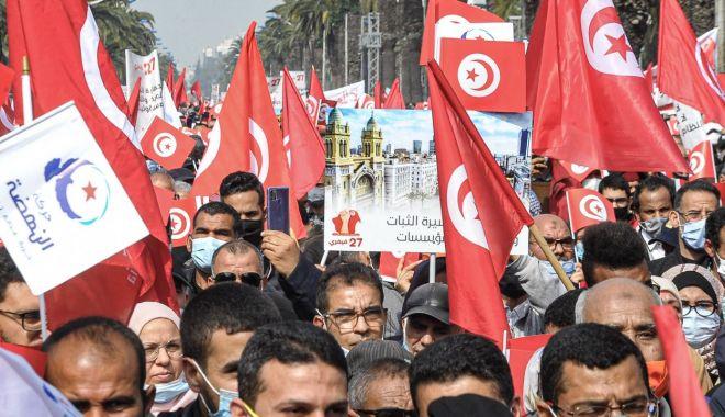 Criză politică în Tunisia. Preşedintele a suspendat Parlamentul şi l-a demis pe premier - fond2-1627304135.jpg