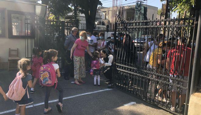 Prima zi de şcoală, în pandemie. Copii veseli, părinţi îngrijoraţi - fond3-1600106928.jpg