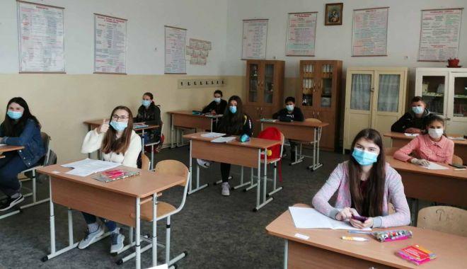 """Foto: Bacalaureat 2020. Trei elevi, eliminați din examen. """"Au încercat să copieze"""""""