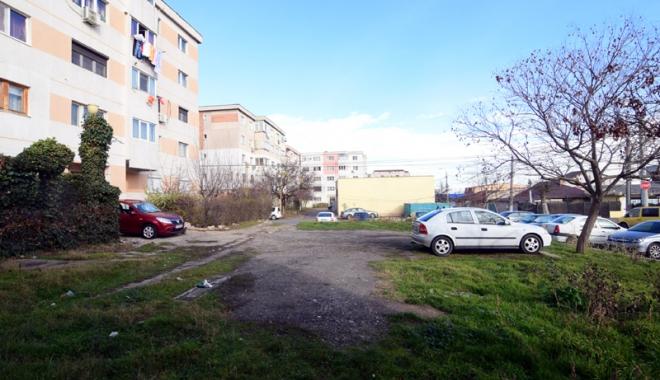 Foto: Dispare încă o parcare între blocuri, la Constanța. Investitorii construiesc un bloc cu patru etaje