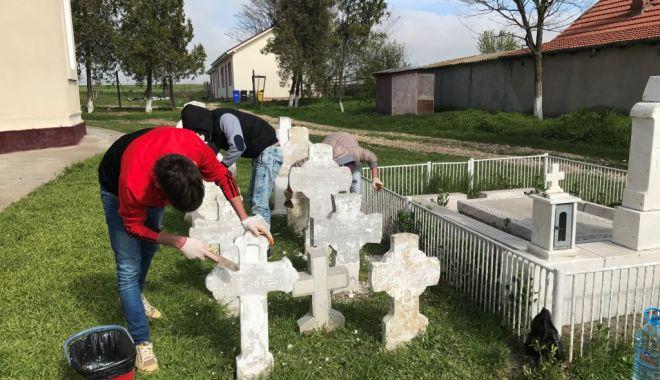 Foto: Troiță închinată eroilor din Primul Război Mondial, descoperită în cimitirul de la Vadu