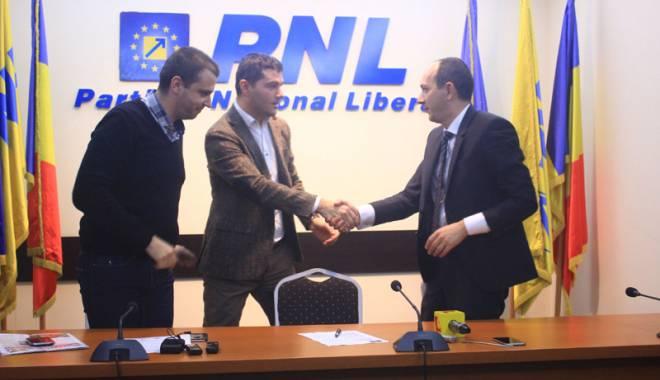 Foto: Primarul George Scupra a semnat adeziunea la PNL. Vrea să recâștige Primăria Ovidiu cu 70%