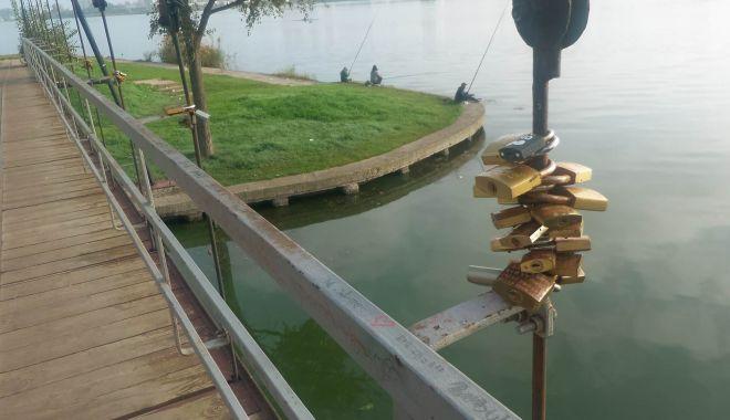 """Foto: Tradiție de nivel mondial, pusă în practică la Constanța: """"lacătele iubirii"""", în Parcul Tăbăcărie"""