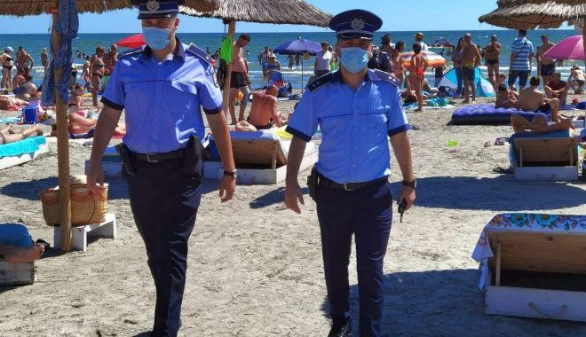 Foto: Sezonul estival, un calvar pentru polițiști: în pantofi de piele, prin nisip!