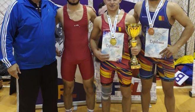 Luptătorii de la CS Farul Constanța, sus pe podium, la Cupa României - fondlupte-1574109750.jpg