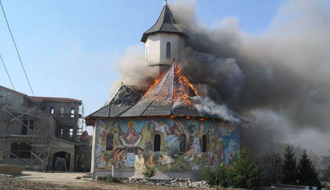 """Foto: Mănăstirea """"Sfântul Filip"""", mistuită în incendiu. Moaștele, salvate!"""